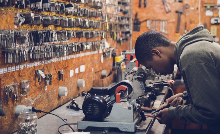 Gobierno ajustará seguro de cesantía y elevará inversión pública para combatir el desempleo