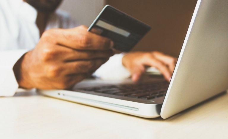 8 de cada 10 chilenos realiza compras online